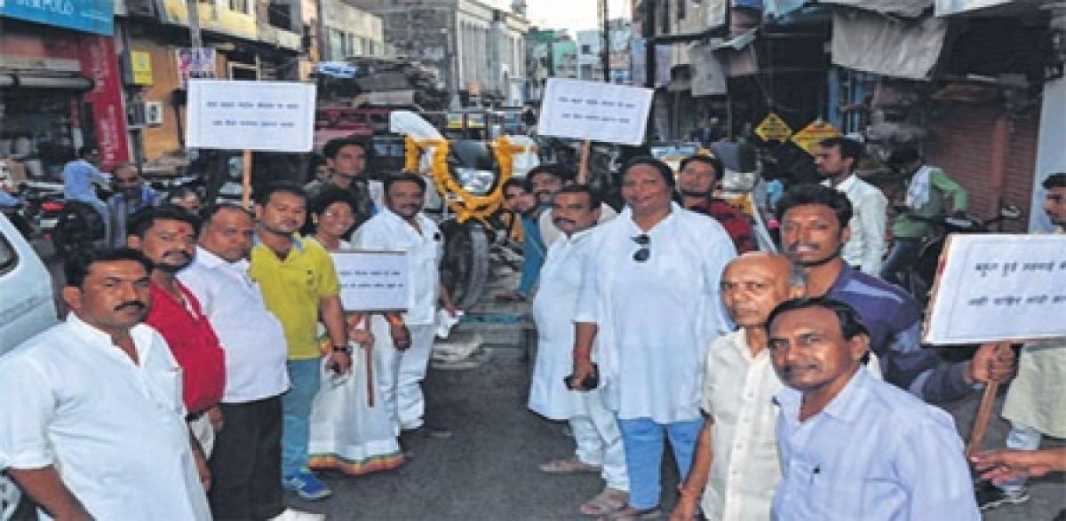 Ujjain: Congressmen protest against rising prices of fuel