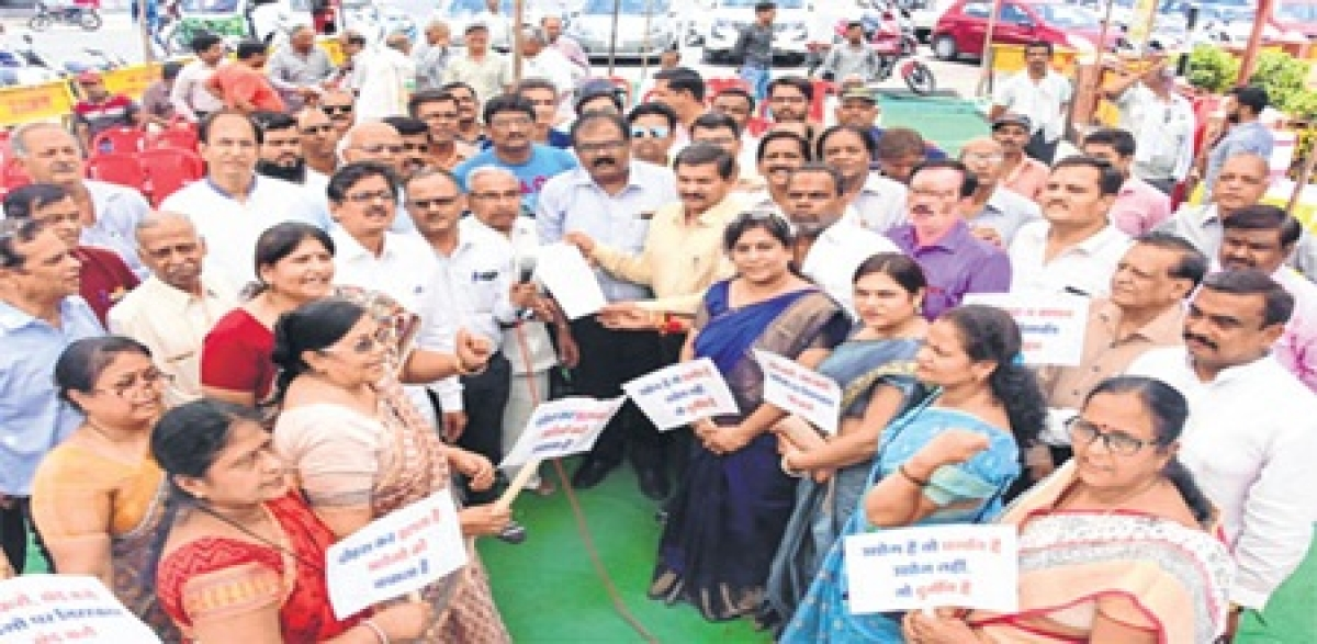 Ujjain: Industrialists angry on imposition of user charges, increase in lease rent, stage dharna