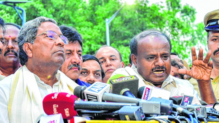 Bengaluru: Outgoing Karnataka Chief Minister Siddaramaiah and JD(S) President HD Kumaraswamy address the media after a meeting with Governor Rudabhai Vala in relation with  in Bengaluru on Tuesday. (PTI Photo/Shailendra Bhojak) (PTI5_15_2018_000169B)