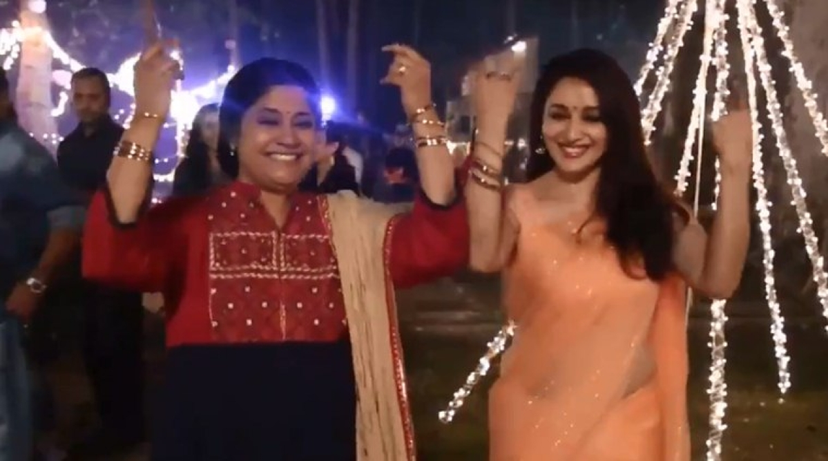 Madhuri Dixit, Renuka Shahane recreate 'Hum Aapke Hain Koun'