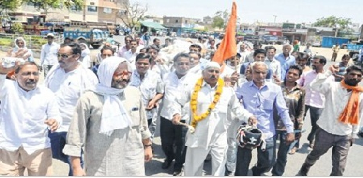 Ujjain: Outrage in mandi as farmers protest against low purchase price of garlic