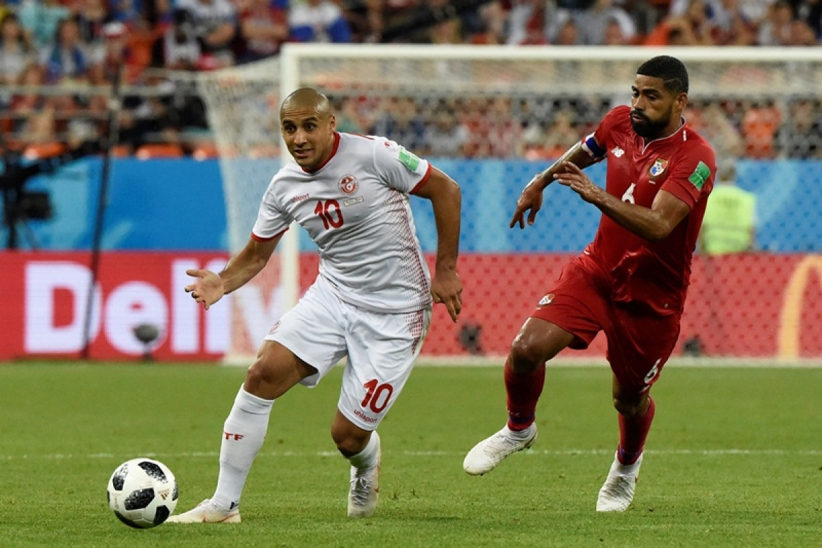 Tunisia's forward Wahbi Khazri (L) vies with Panama's midfielder Gabriel Gomez during the Russia 2018 World Cup Group G football match between Panama and Tunisia at the Mordovia Arena in Saransk on June 28, 2018. / AFP PHOTO / JUAN BARRETO / RESTRICTED TO EDITORIAL USE - NO MOBILE PUSH ALERTS/DOWNLOADS