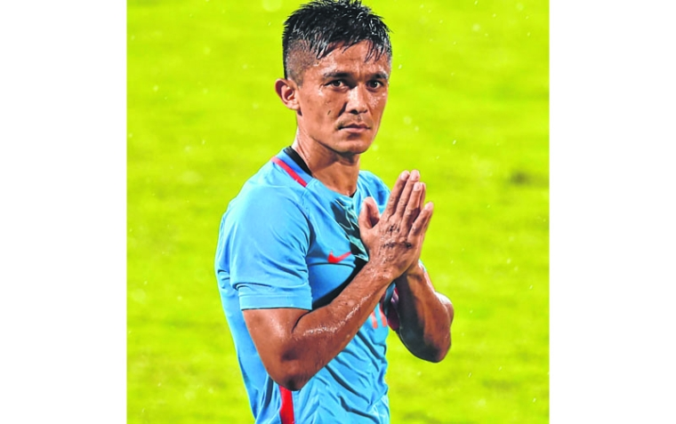 India's captain Sunil Chhetri (C) greets his team's supporters after winning th the Hero Intercontinental Cup football match between India and Kenya, in Mumbai, on June 4, 2018.  India's football international against Kenya on Monday sold out in hours following captain Sunil Chhetri's emotional plea for fans to support the team after barely 2,500 people turned up to watch them play last week. / AFP PHOTO / PUNIT PARANJPE