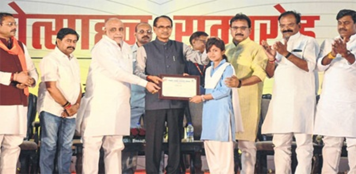 Bhopal: Students who spend more time on mobiles score less, says Shivraj Singh Chouhan