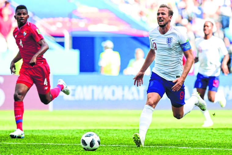 England's forward Harry Kane advances past Panama's defender Fidel Escobar (L) during the Russia 2018 World Cup Group G football match between England and Panama at the Nizhny Novgorod Stadium in Nizhny Novgorod on June 24, 2018. / AFP PHOTO / Martin BERNETTI / RESTRICTED TO EDITORIAL USE - NO MOBILE PUSH ALERTS/DOWNLOADS