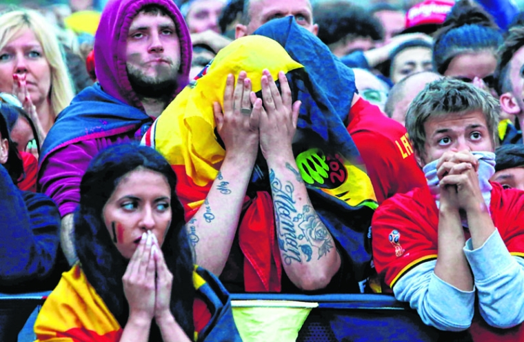 Belgian supporters react as they gather at a fan zone in Brussels on July 10, 2018, to watch the Russia 2018 World Cup semi-final football match between France and Belgium. / AFP PHOTO / Aris Oikonomou