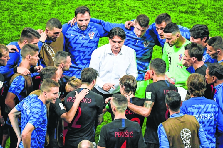Croatia's coach Zlatko Dalic (C) speaks to his players before extra time during the Russia 2018 World Cup semi-final football match between Croatia and England at the Luzhniki Stadium in Moscow on July 11, 2018. / AFP PHOTO / Jewel SAMAD / RESTRICTED TO EDITORIAL USE - NO MOBILE PUSH ALERTS/DOWNLOADS