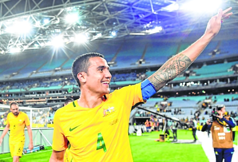 (FILES) This file photo taken on October 10, 2017 shows Australia's Tim Cahill waving to the fans after Australia defeated Syria in their 2018 World Cup football qualifying match played in Sydney. Australia's all-time leading goalscorer Tim Cahill announced his retirement from international football on July 17, 2018 following an illustrious career that has seen him represent his country at four World Cups. / AFP PHOTO / WILLIAM WEST / -- IMAGE RESTRICTED TO EDITORIAL USE - STRICTLY NO COMMERCIAL USE --