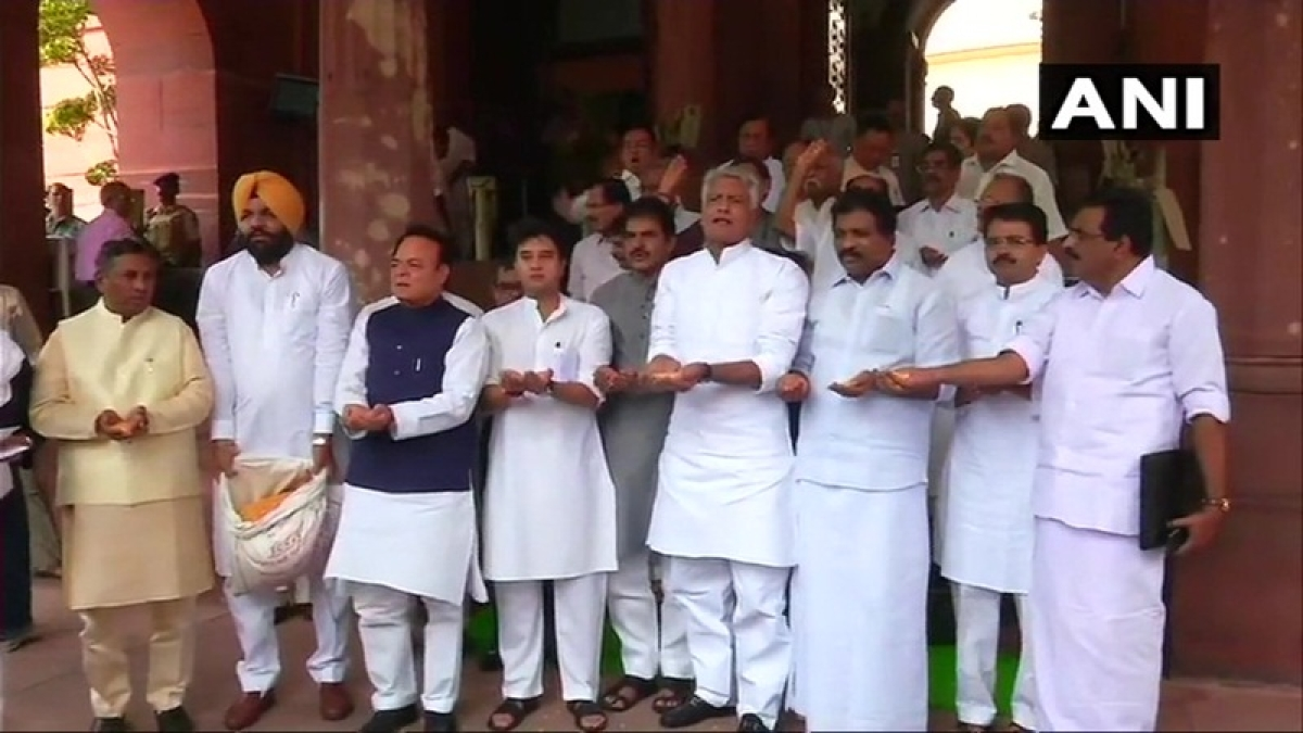 News Alerts!Parliament Monsoon Session: Congress MPs protest in Parliament premises demanding rights for farmers