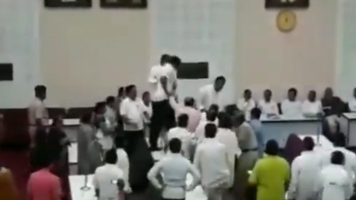 Aurangabad's BJP corporators assault AIMIM member for opposing condolence resolution on Vajpayee; watch video