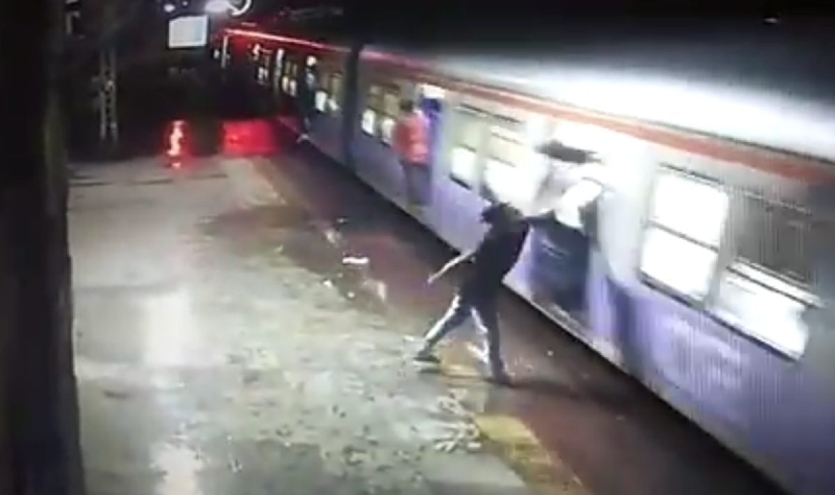 Mumbai: Man dies after falling off train at Kalwa station in mobile snatching incident; Watch