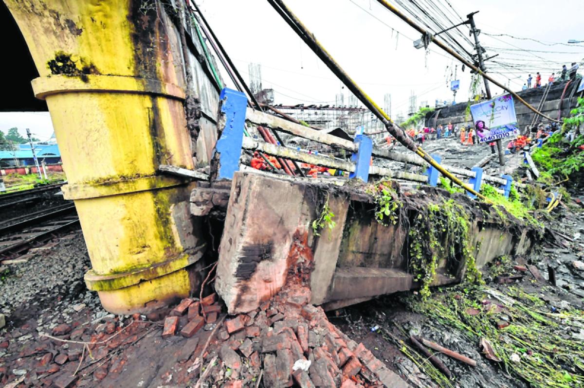 Railways had warned about weak beams, cracks on pier