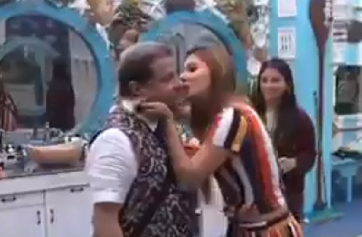 Bigg Boss 12: Jasleen kisses Anup Jalota, Karanvir Bohra tells her to smooch him; watch video
