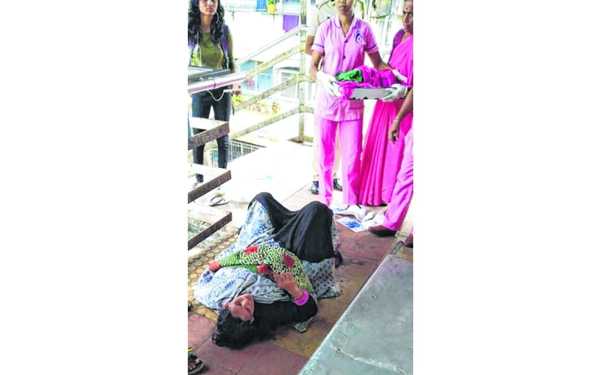 Mumbai: Woman gives birth on foot-overbridge