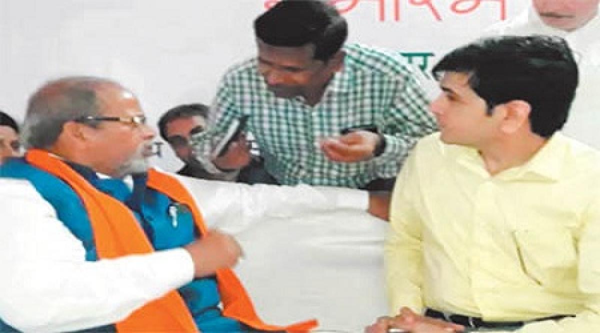 Ujjain: Minister Paras Jain scolds officer during public meeting