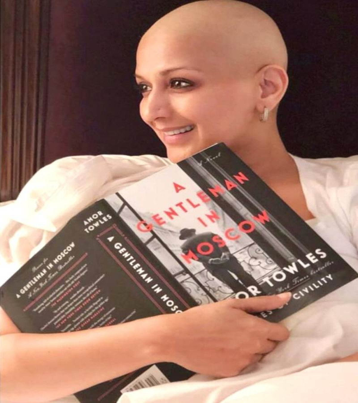 Amid cancer treatment, Sonali Bendre posts strong picture of herself celebrating 'Read A Book Day'