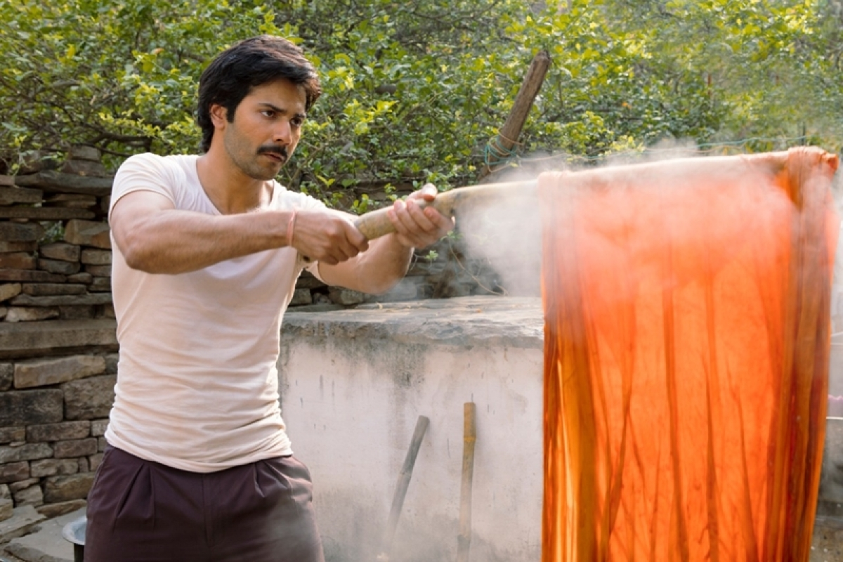 Varun Dhawan learns the art of dyeing clothes for Sui Dhaaga; see pic