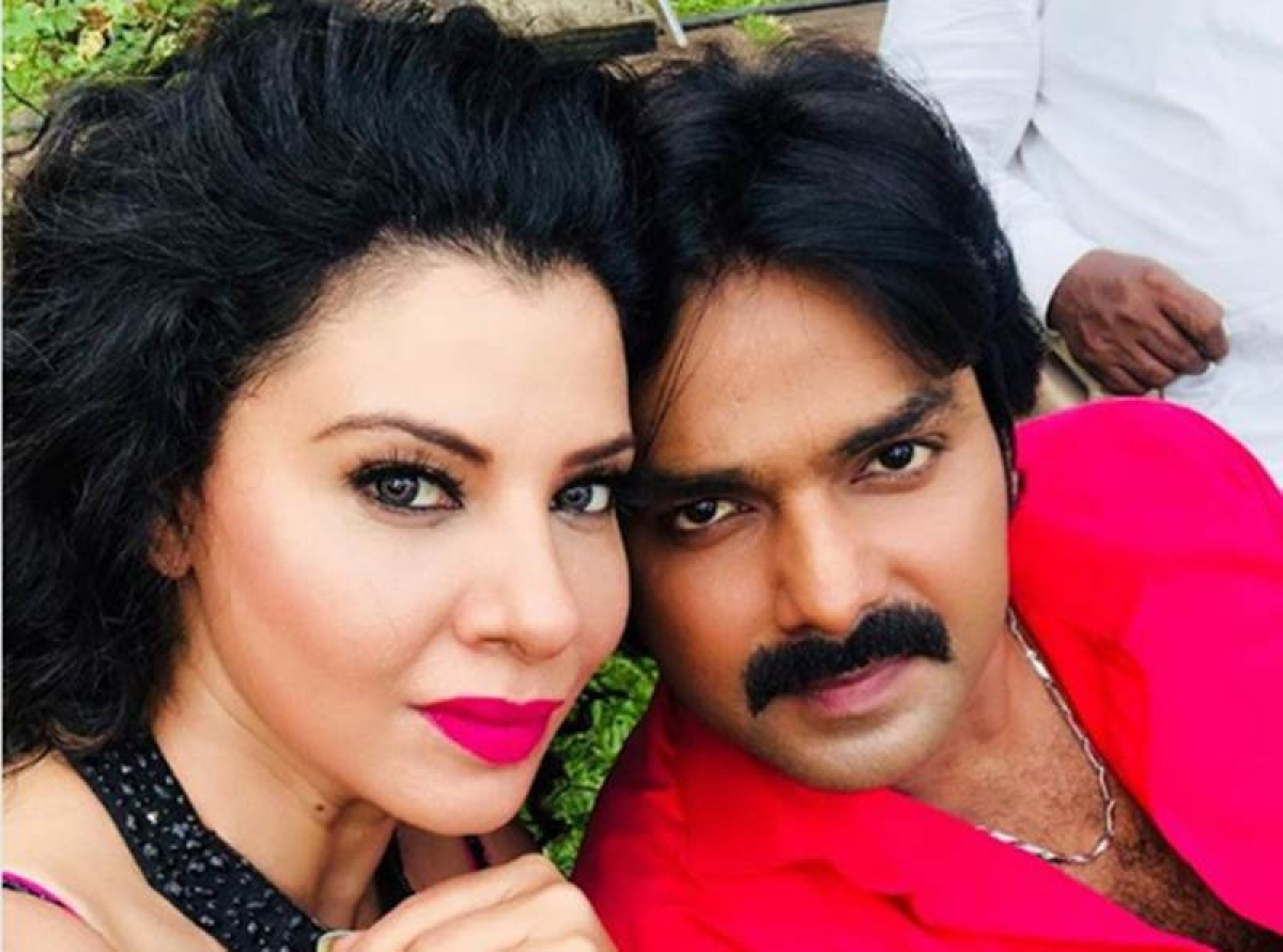 Seductive picture of Sambhavna Seth with Pawan Singh is all over the internet