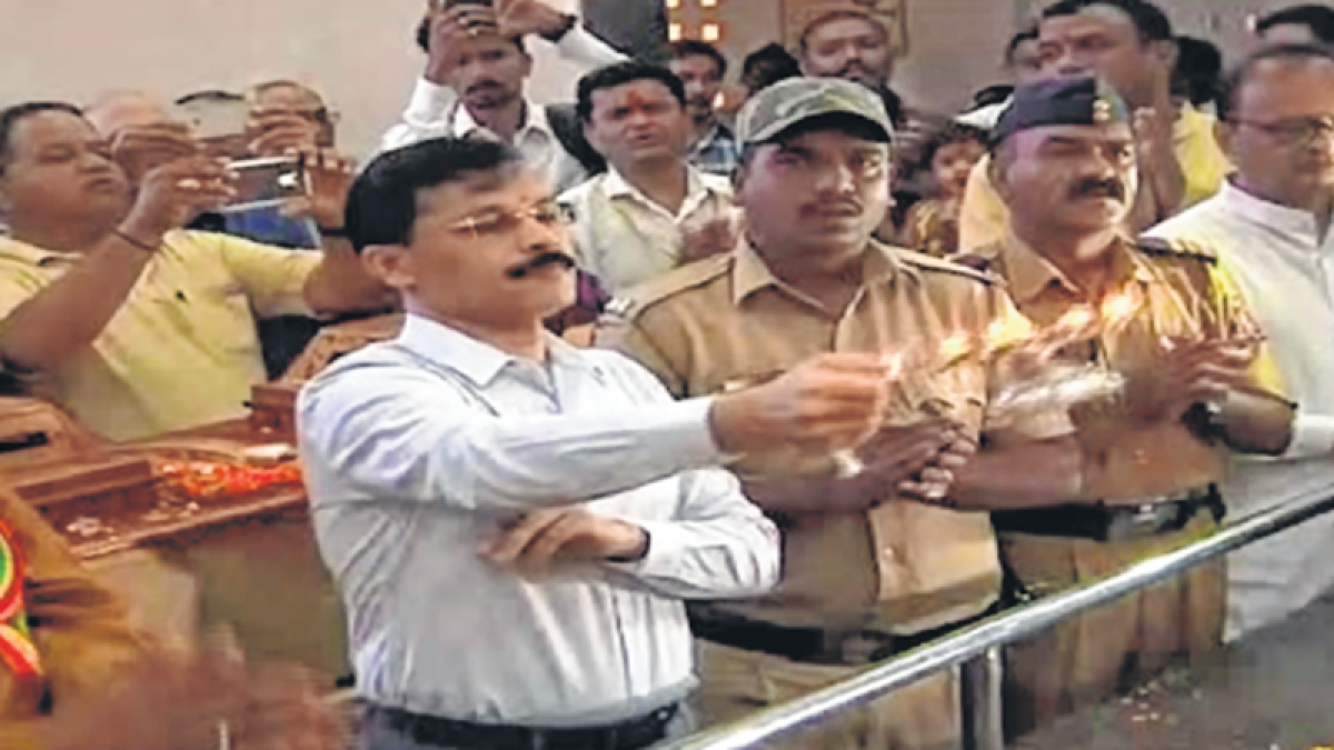 Maharashtra: NMC chief conducts aarti, then dishes out 'prasad'