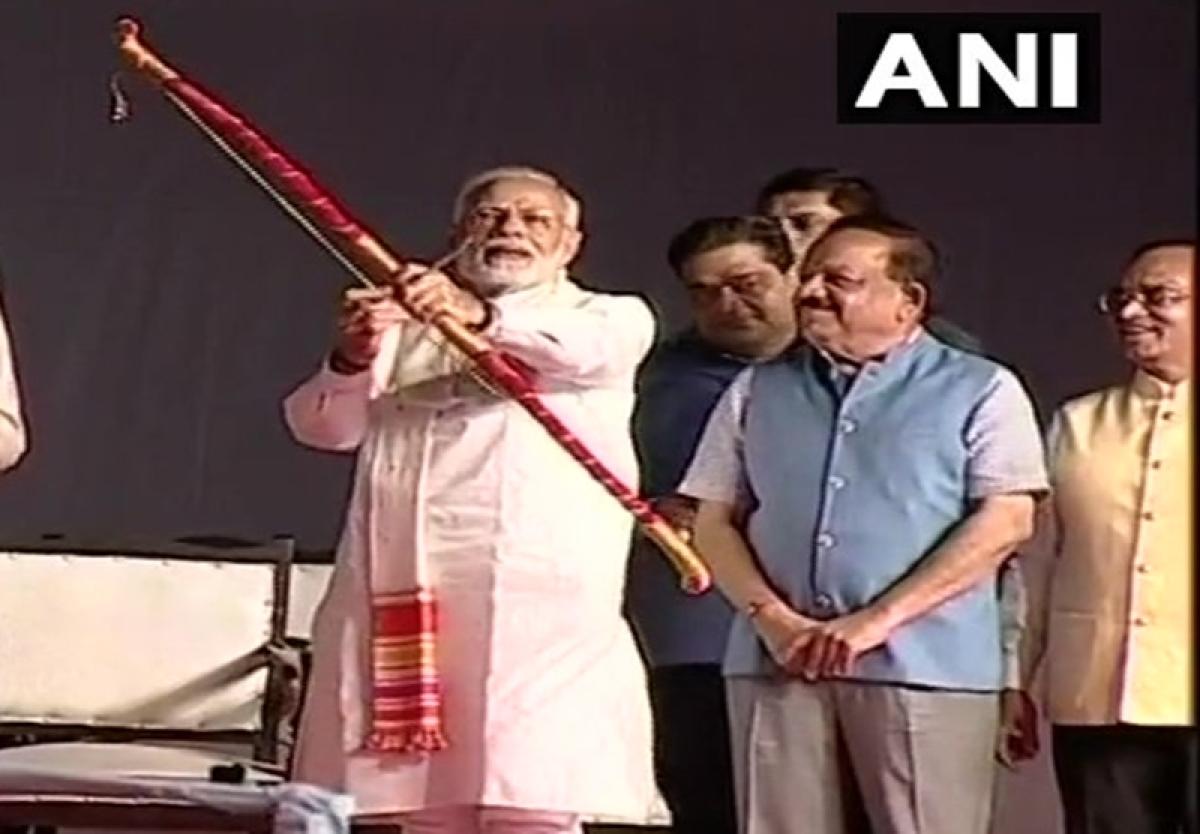 News Alerts! PM Narendra Modi burns effigy of Ravan during Dusherra celebrations at Luv-Kush Ramlila
