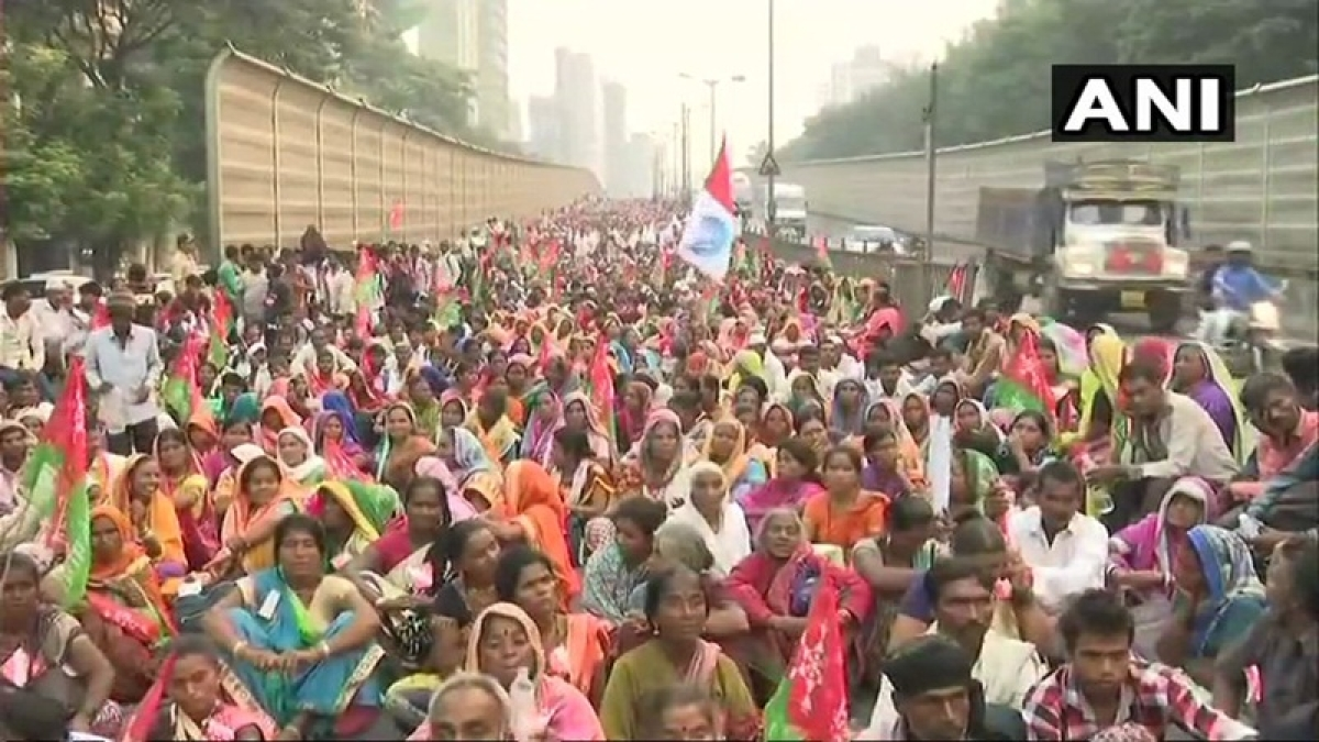 Farmers defy police whip, to proceed on long march