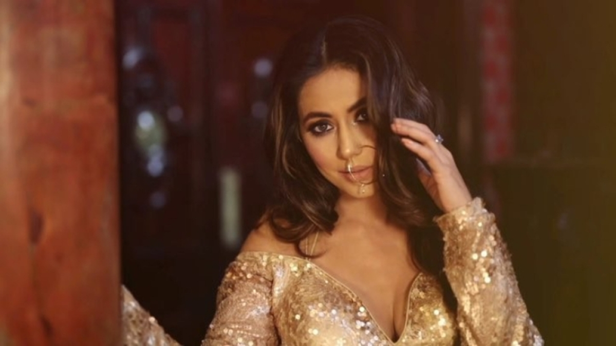 Hina Khan's latest photoshoot is sensuous as hell; Watch Video