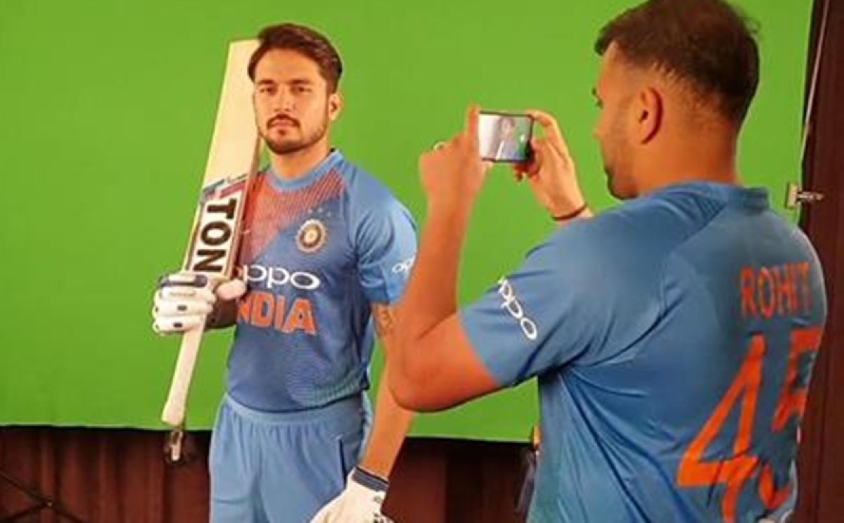 When Hit Man becomes Cameraman! Rohit Sharma goes behind the lens for Manish Pandey ahead of 1st T20I
