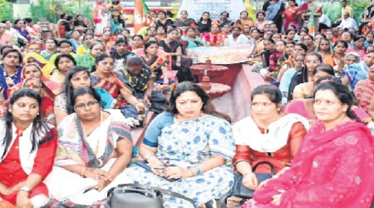 Indore: BJP women wing stages protest against Congress leaders