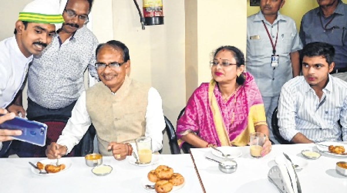 Bhopal: Relaxed CM Shivraj Singh Chouhan takes family for outing on poll eve