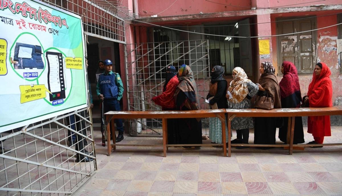 Kashmiris throng makeshift phone booths