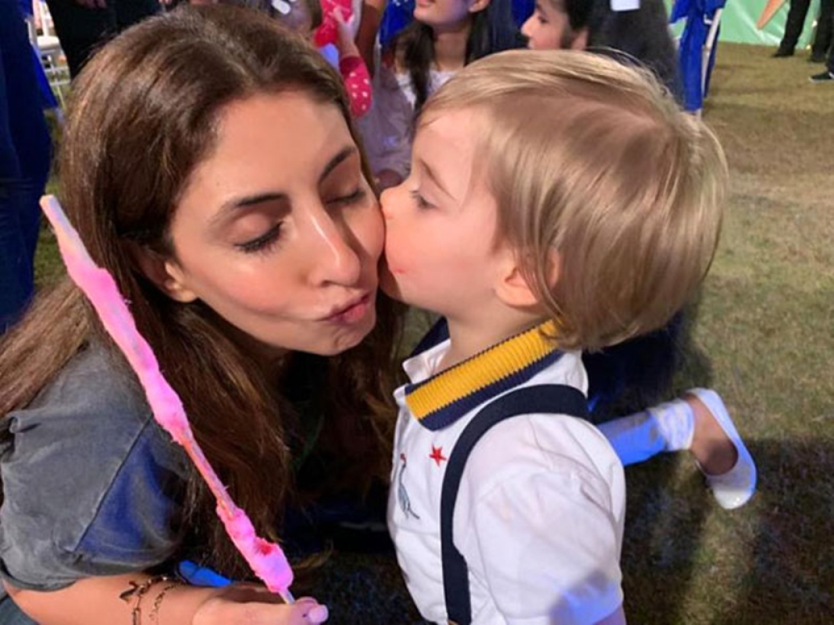 This cute picture of Shweta Bachchan getting kissed by Yash Johar is here to blew away your Monday blues