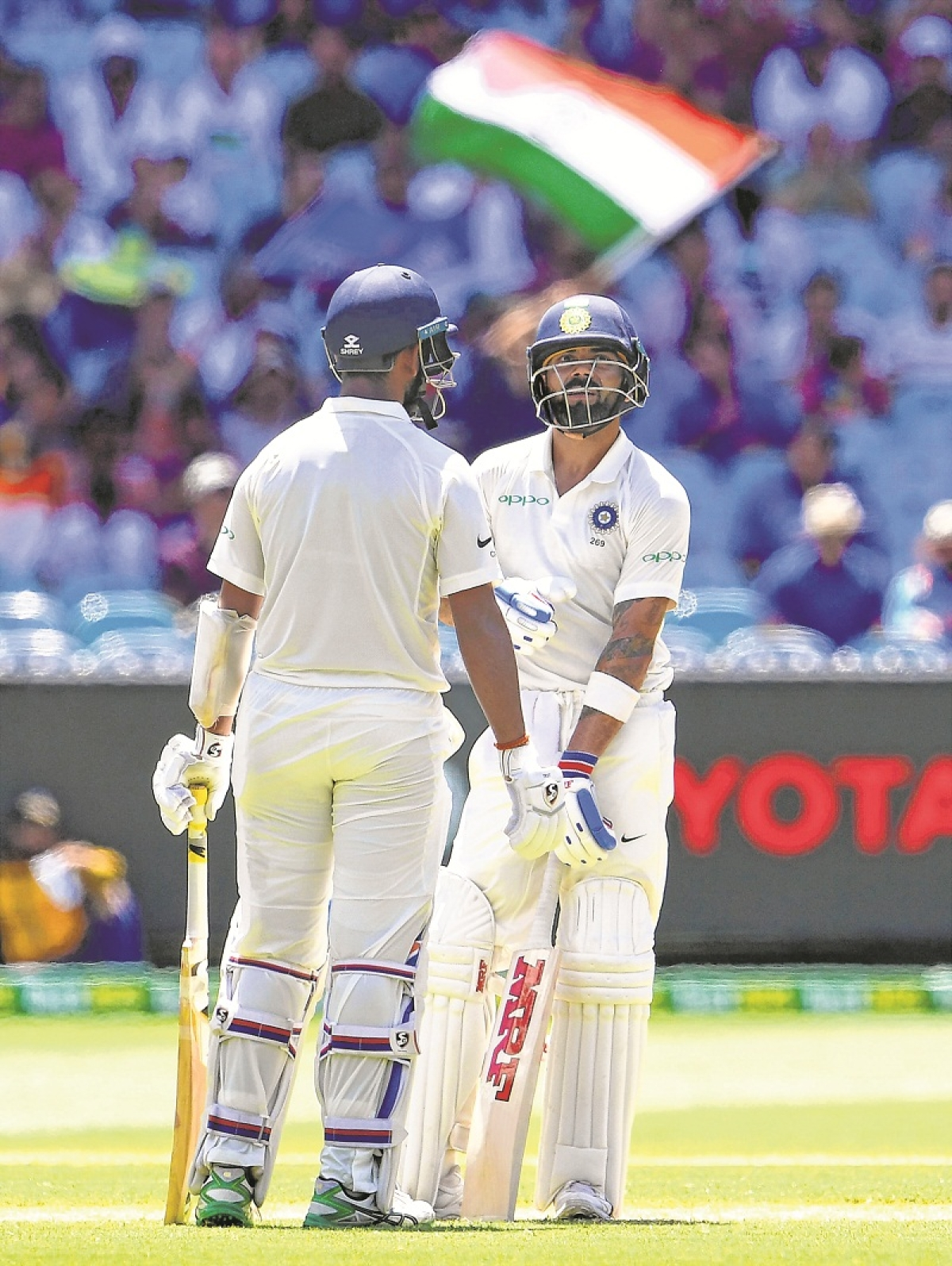 India's batsman Virat Kohli (R) talks to his teammate Cheteshwar Pujara during day two of the third cricket Test match between Australia and India in Melbourne on December 27, 2018. (Photo by WILLIAM WEST / AFP) / -- IMAGE RESTRICTED TO EDITORIAL USE - STRICTLY NO COMMERCIAL USE --