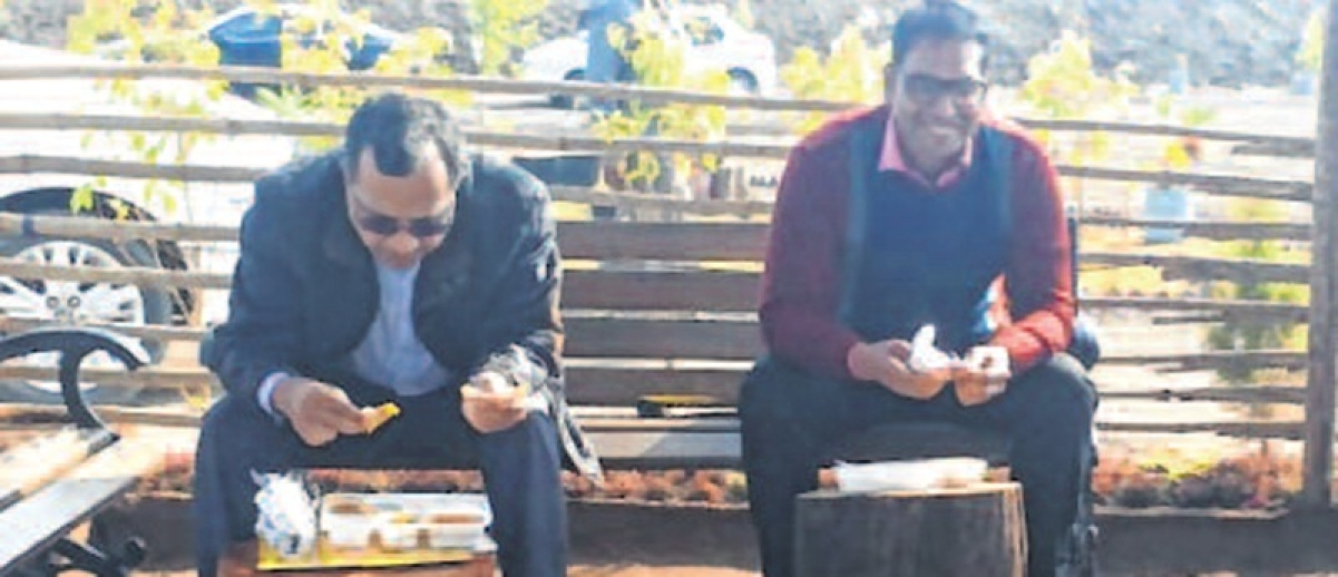 Indore: Principal secretary relishes lunch at trenching ground