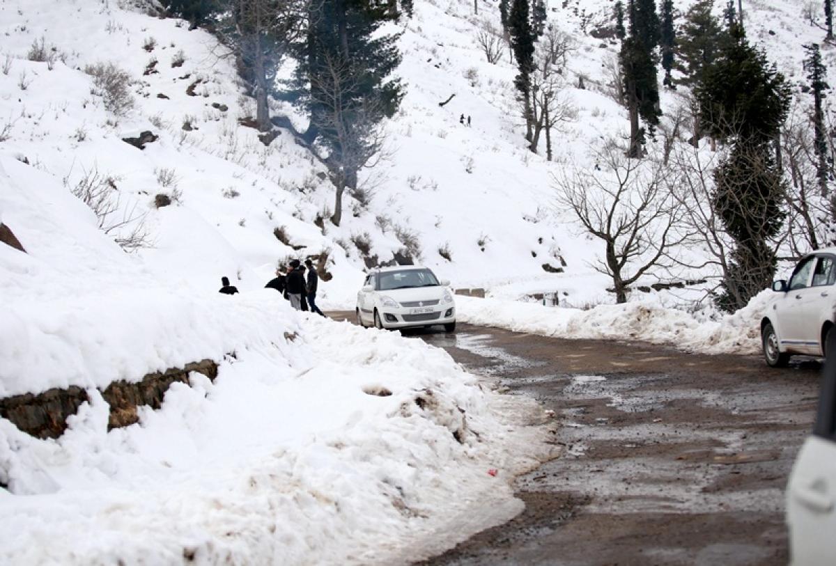 Manali gets snow, Shimla rain