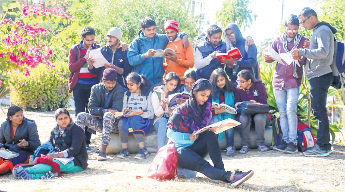 Bhopal: Go easy, Students find solace in music, TV & a slice social networking