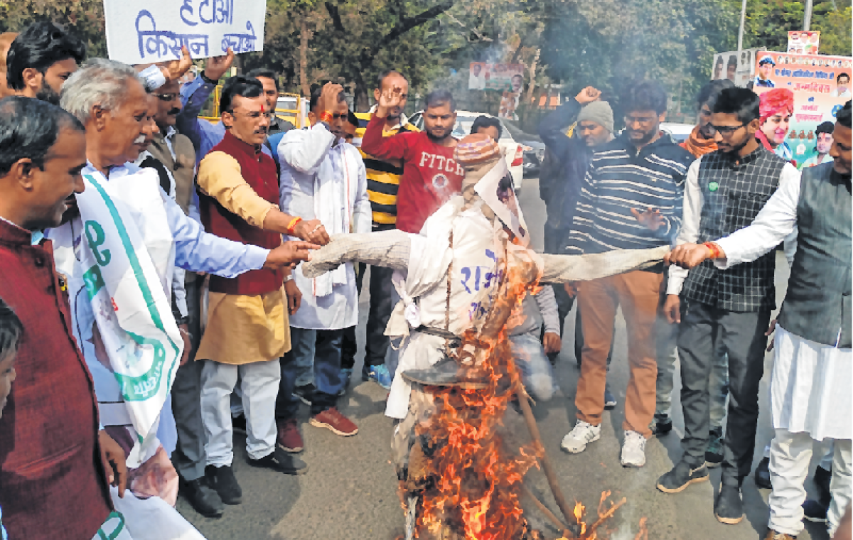 Bhopal: Farmers' woes Kisan Union burns effigy of PS agriculture
