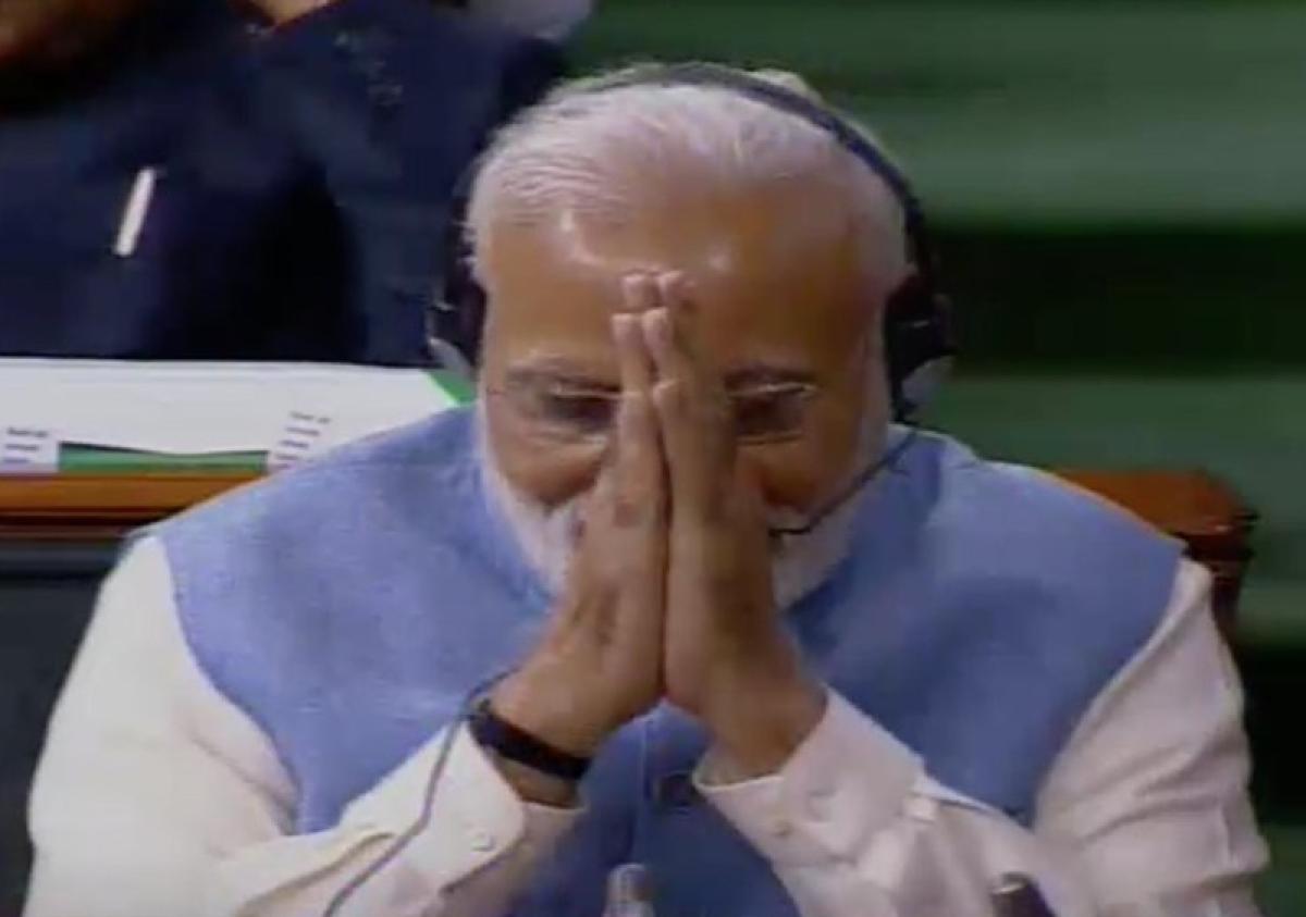 Mulayam Singh all praise for Modi, says he'll return as PM; Modi folds hands in gratitude