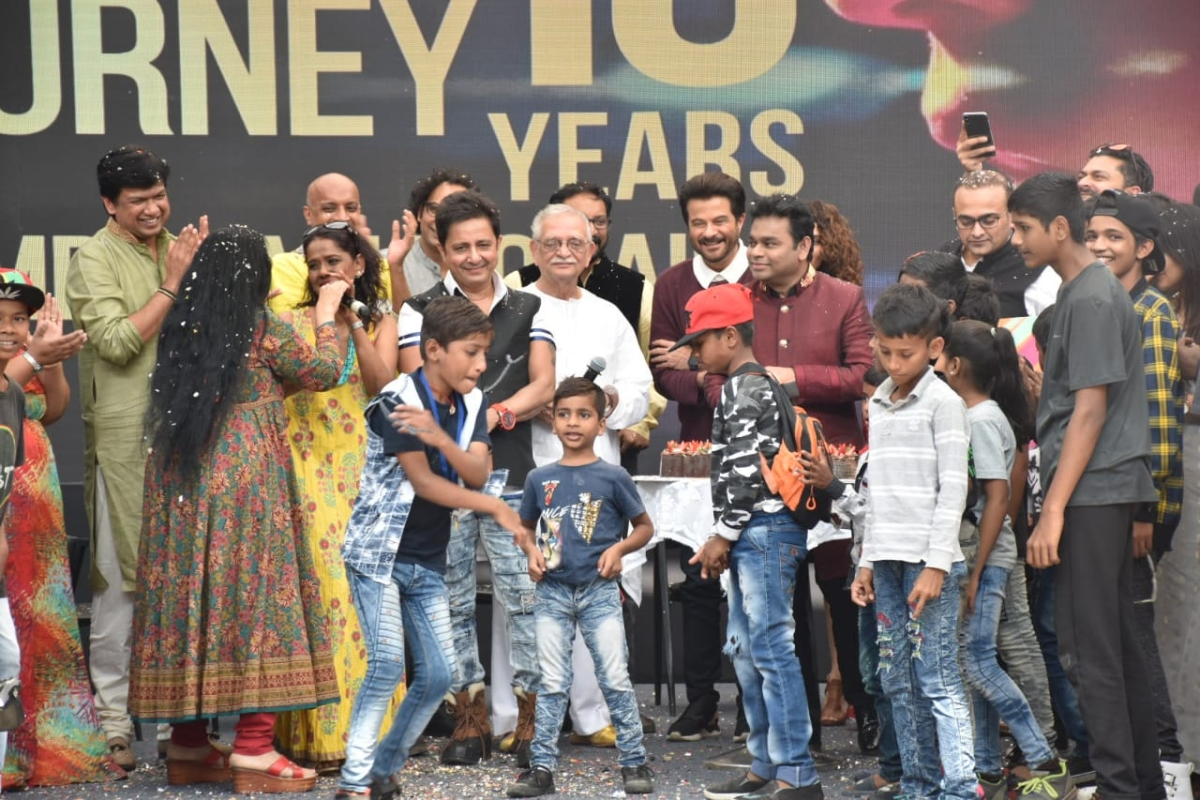 Cast and crew of Slumdog Millionaire celebrating the bash with childrens from Dharavi slum area  (Pic courtesy: Viral Bhayani)