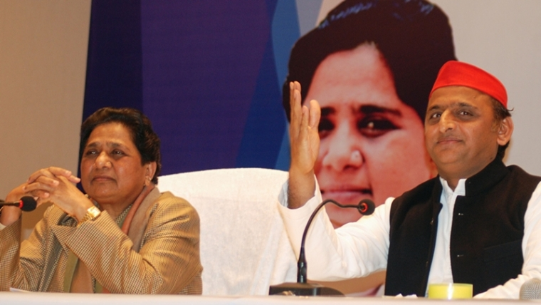 Samajwadi Party president Akhilesh Yadav (R) and Bahujan Samaj Party (BSP) leader Mayawati take part in a press conference to announce their political alliance. Photo by SANJAY KANOJIA / AFP