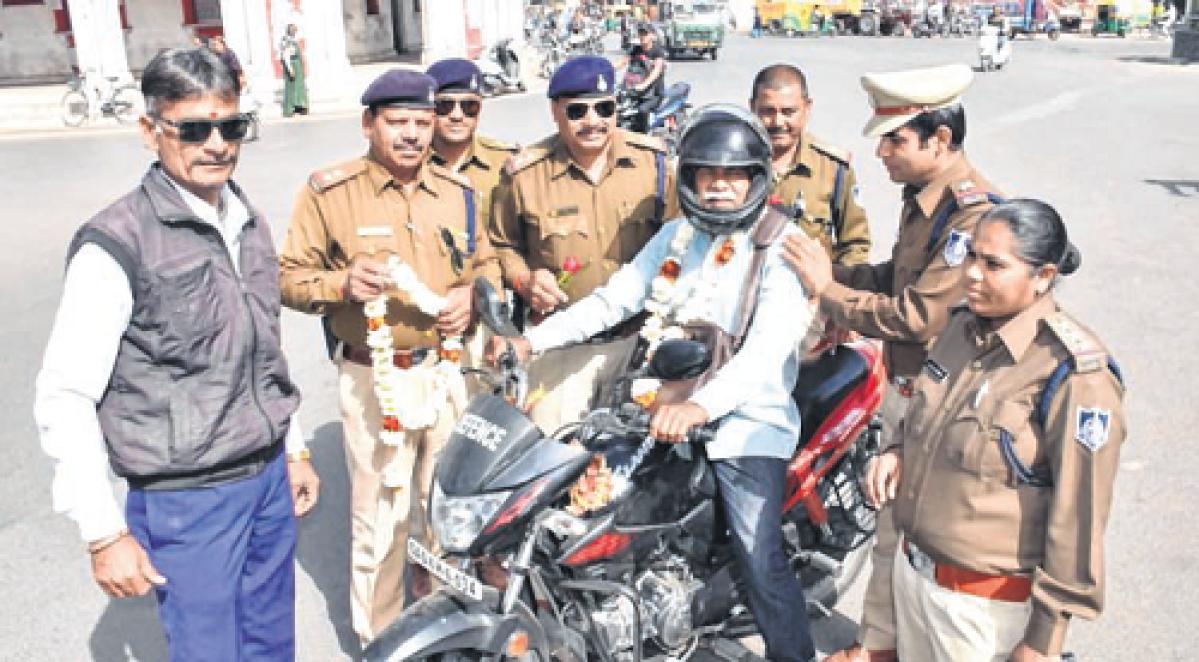 Ujjain: Cops gift flowers to traffic violators