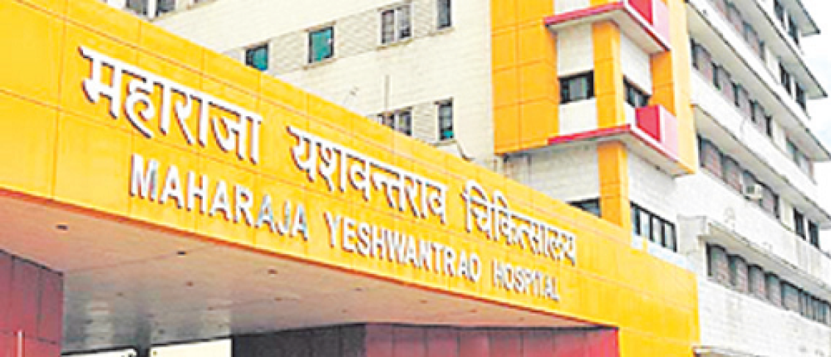 Indore: Minister asks doctor to improve facilities in Maharaja Yeshwantrao Hospital