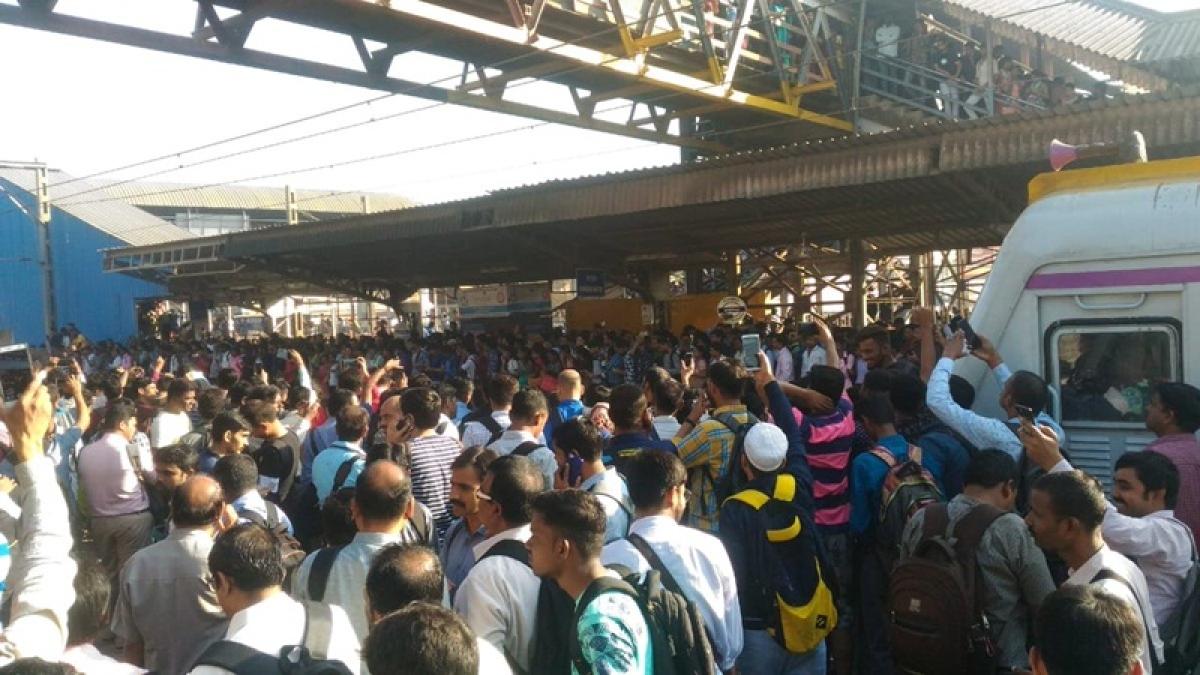 News Alerts! Mumbai: Train movement restarts at Nalasopara after tracks cleared of protesters