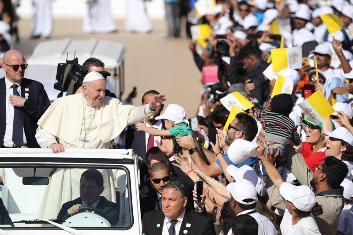 Pope Francis (2nd-L) blesses a child as he arrives to lead mass for an estimated 170,000 Catholics at an Abu Dhabi sports stadium on February 5, 2019. (Photo by Karim Sahib / AFP)