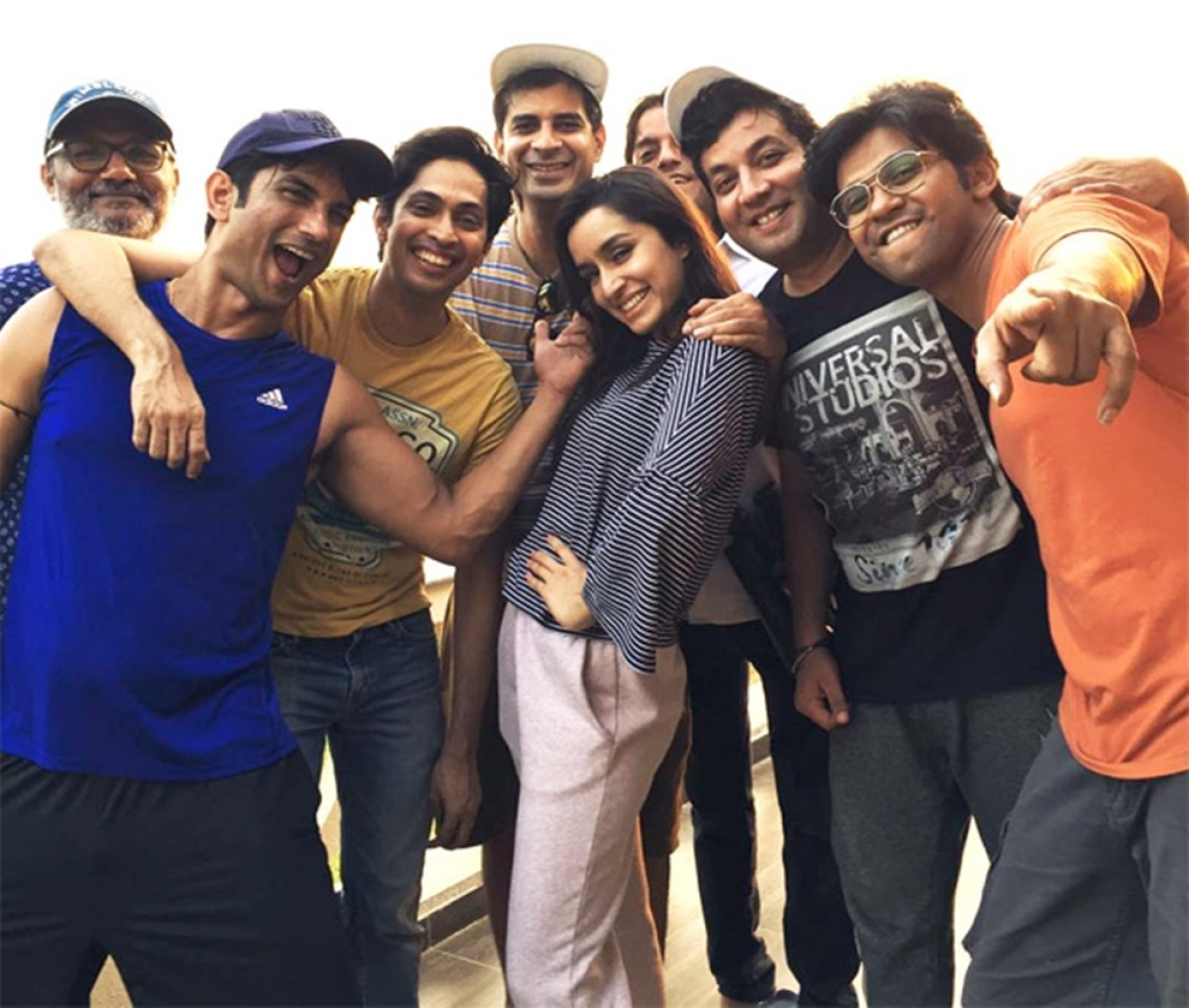 This pic of Sushant,Shraddha and others from the sets of 'Chhichhore' will remind you of your college days!