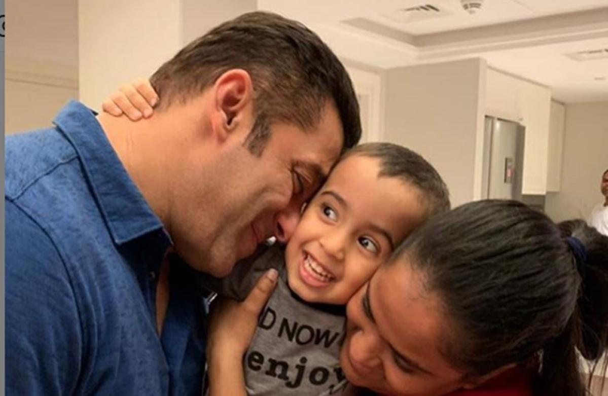 Salman bonds with nephew Ahil and sister Arpita