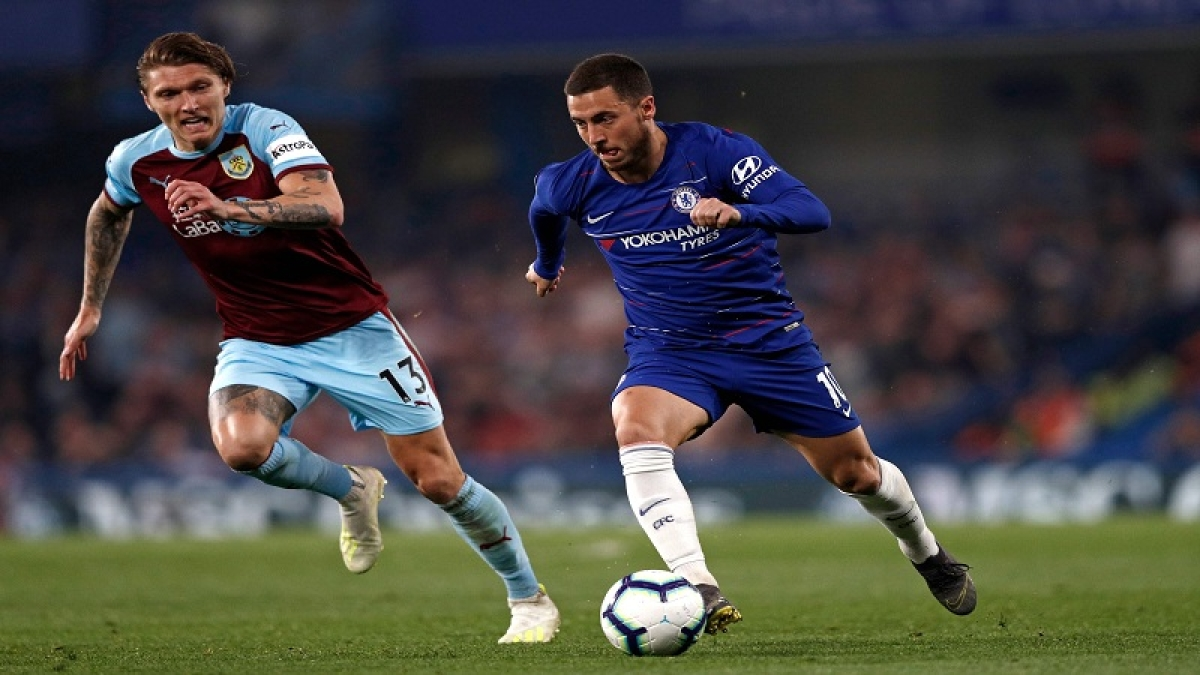 Chelsea's Belgian midfielder Eden Hazard (R) vies with Burnley's Irish midfielder Jeff Hendrick (L) during the English Premier League football match between Chelsea and Burnley at Stamford Bridge in London on April 22, 2019. (Photo by Adrian DENNIS / AFP) / RESTRICTED TO EDITORIAL USE. No use with unauthorized audio, video, data, fixture lists, club/league logos or 'live' services. Online in-match use limited to 120 images. An additional 40 images may be used in extra time. No video emulation. Social media in-match use limited to 120 images. An additional 40 images may be used in extra time. No use in betting publications, games or single club/league/player publications. /