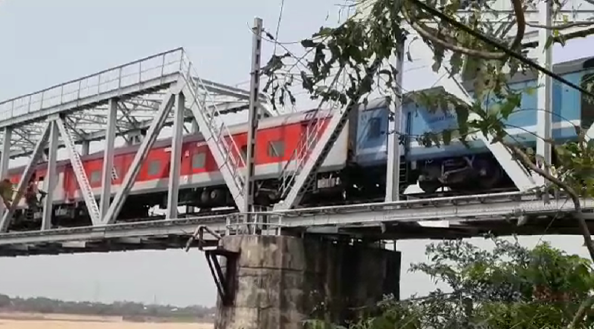 Odisha: 2 coaches of Rajdhani Express detach on Kathjodi river bridge, no one injured