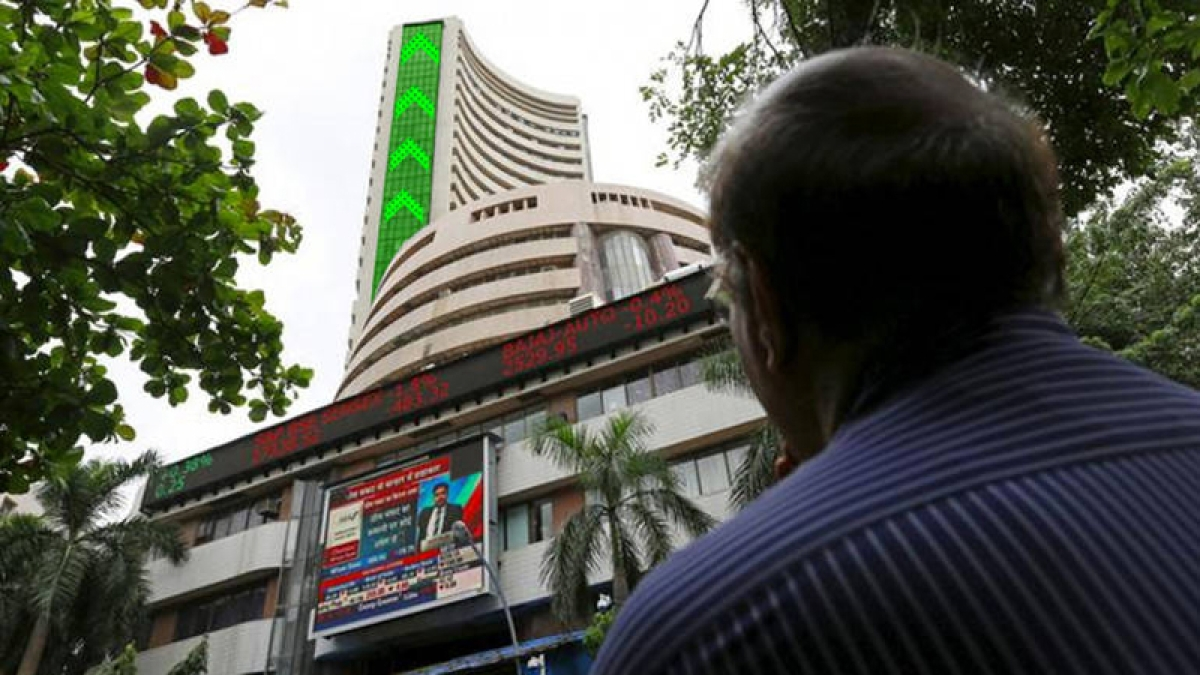 Last hour rally helps Sensex surges 281 points, Nifty closes above 11k-mark