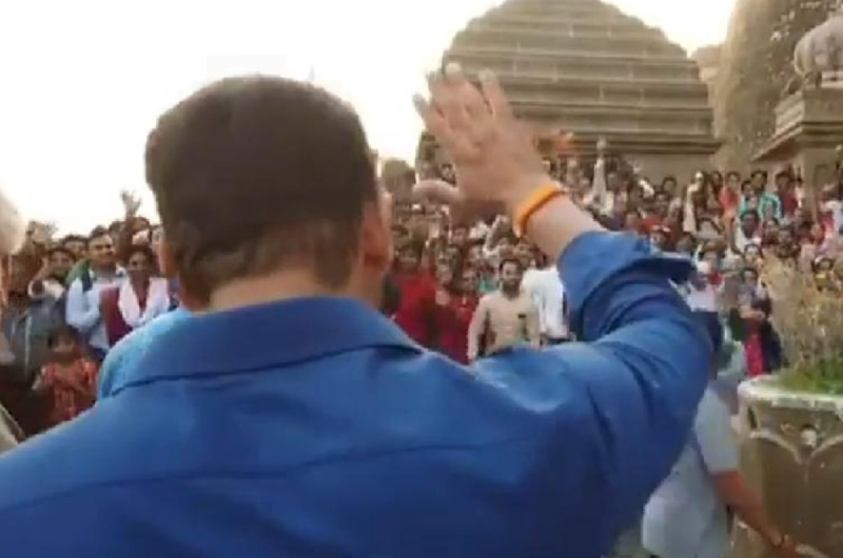 This is how Salman Khan thanked his fans and police at Narmada ghat during Dabangg 3 shooting