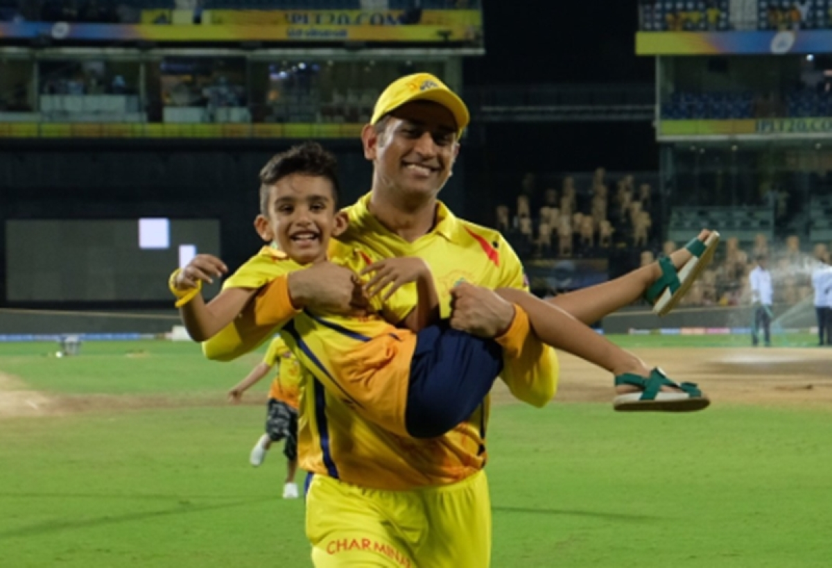 Watch MS Dhoni join Shane Watson and Imran Tahir's sons in a playful run